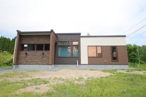 自然に溶け込む平屋住宅