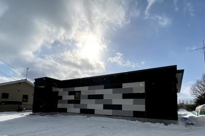 「冬景色を彷彿させるモダン住宅HIRAYA」